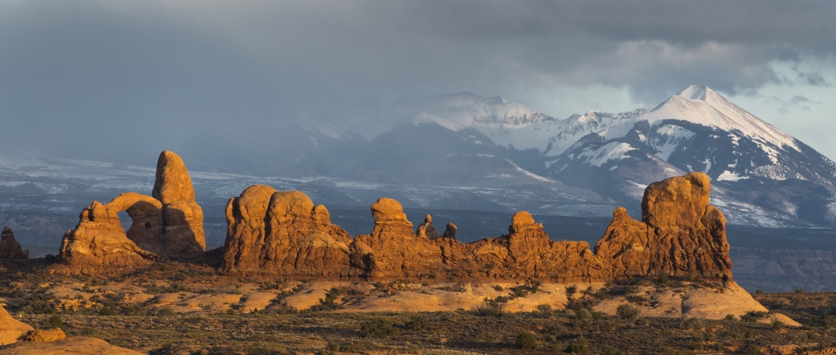 Arches and mountains that can be seen when using Utan and Nevada Free Camping guides.
